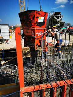 Bau Schachtvertiefung für HKLS Installation. Aktuell sind Bodenplatten und Wände in Arbeit.
